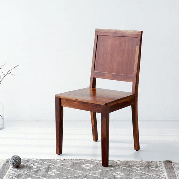 Sử dụng hoàn toàn bằng gỗ cao su kết hợp với sơn lau lên màu phù hợp với mọi không gian..