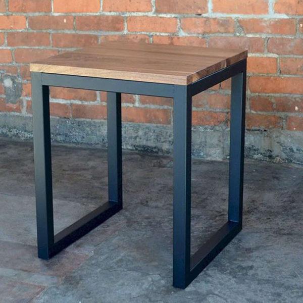 Ghế khung sắt, đơn giản nhưng vẫn giữ được những chất riêng của riêng chúng.