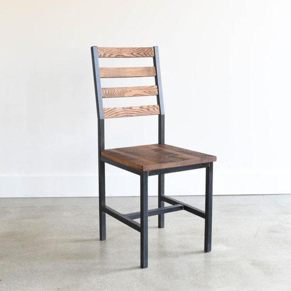 Ghế có tựa lưng giúp bạn tránh mỏi lưng và cổ.
